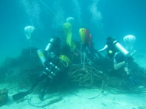 scuba-divers-with-rope-pile